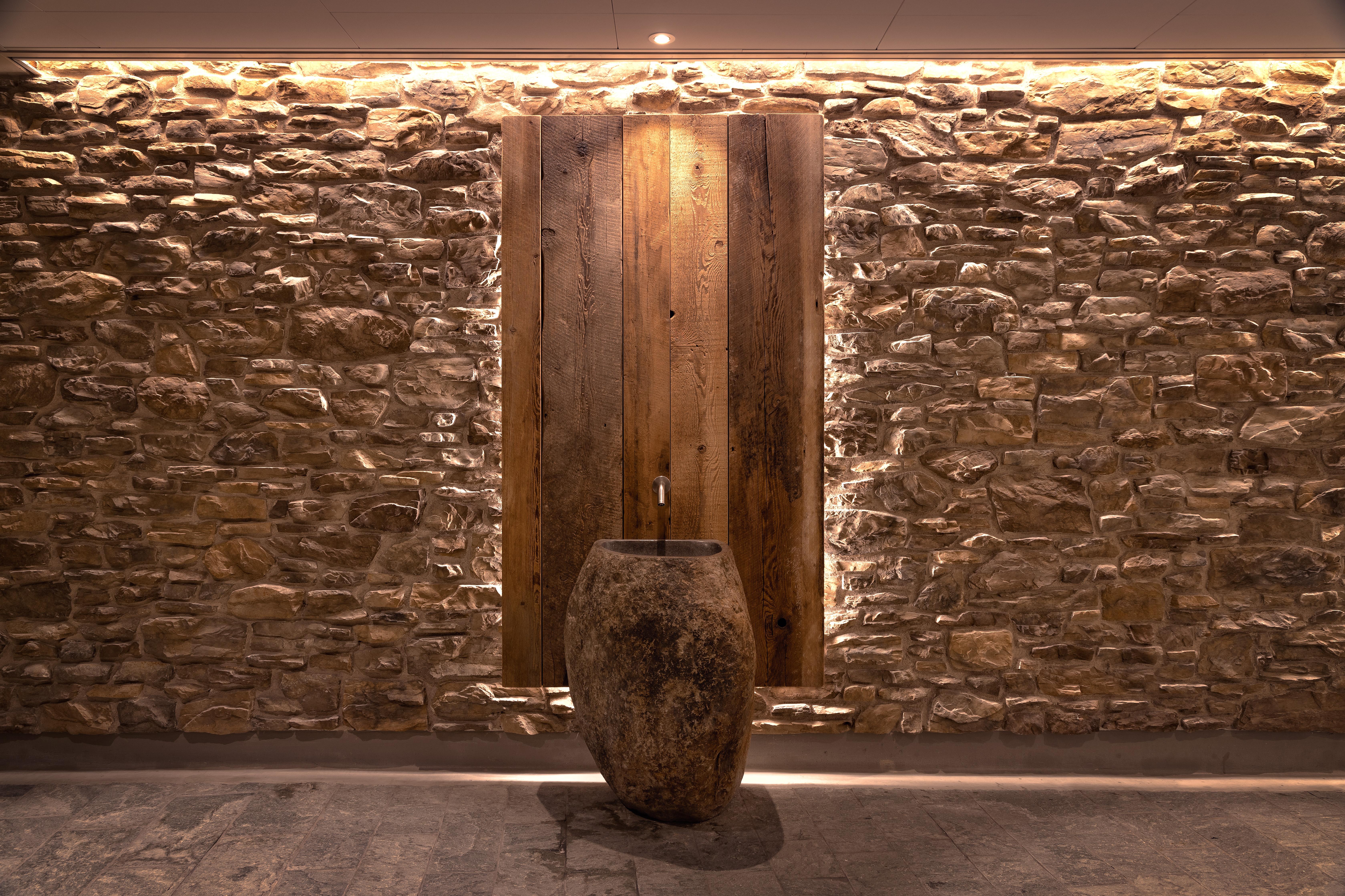 Steenstrips met waterbakken bij de sauna