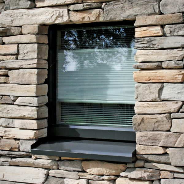 Steenstrips rondom een raam, 3d-effect