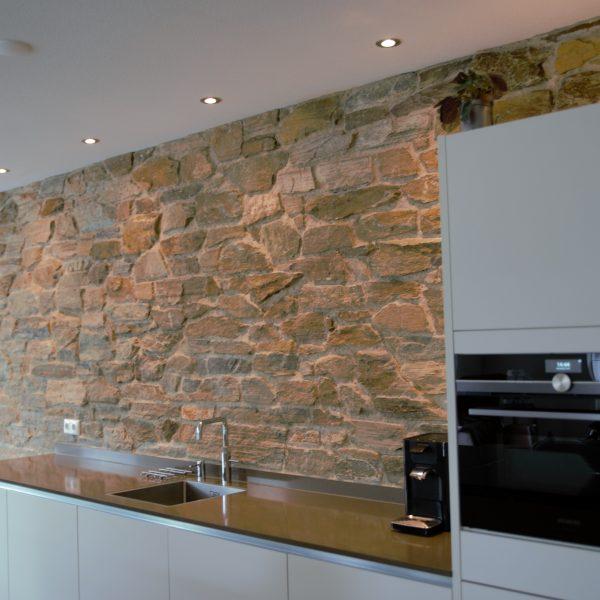 Binnenwand van de keuken met Natuursteenstrips.