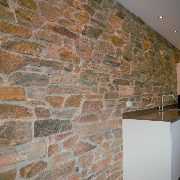 Industriële, natuurstenen keukenwand van Rocks.