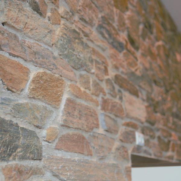 Natuurstenen Rocks op de wand in de keuken - detailfoto.