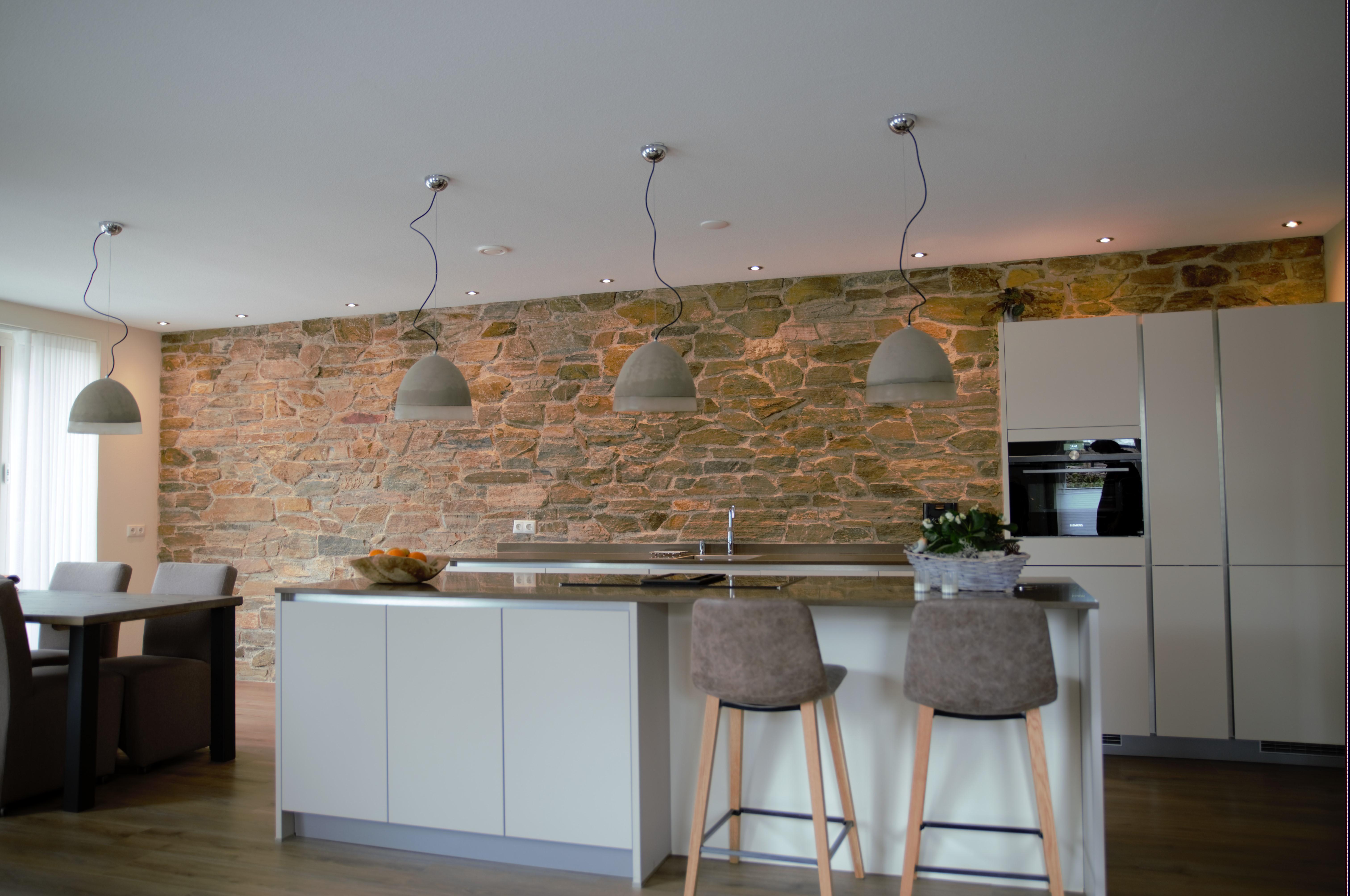 Moderne keuken met rocks op de wand