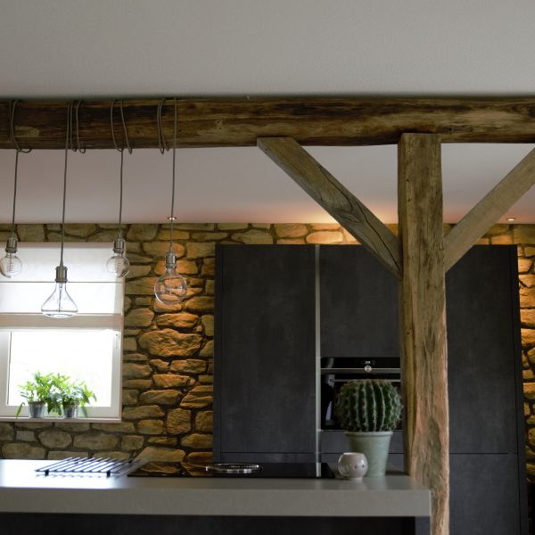 Keuken combinatie hout en steenstrips sfeervol