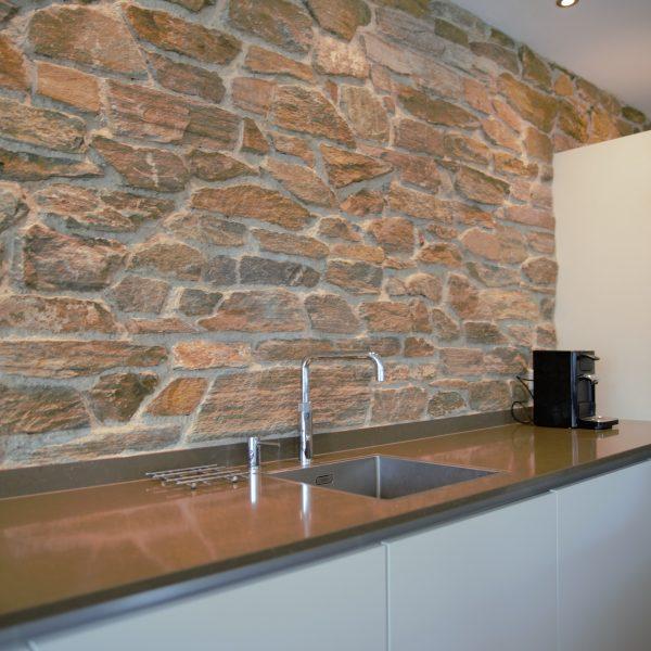 Wand van Natuurstenen Rocks kleur brons in de moderne keuken.