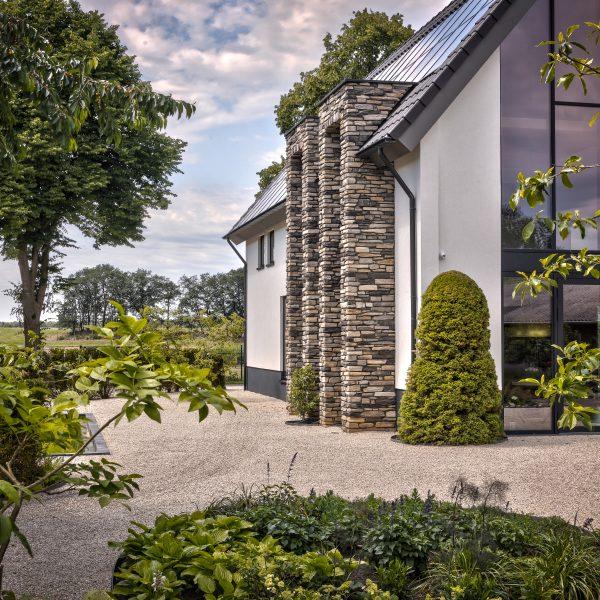Modern huis met Steenstrips bij de entree