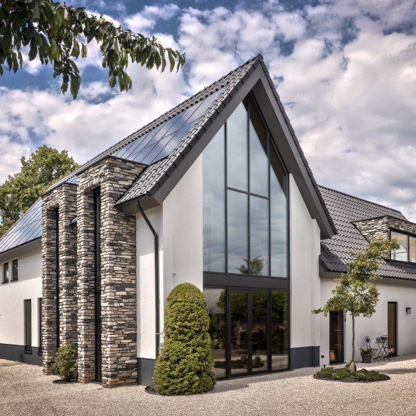 Villa met steenstrips gevel
