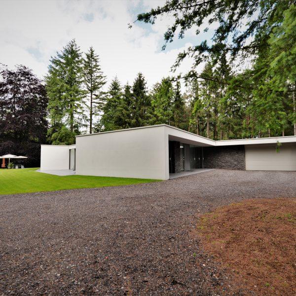 Contrast: Moderne villa in het bos met Geopietra Steenstrips
