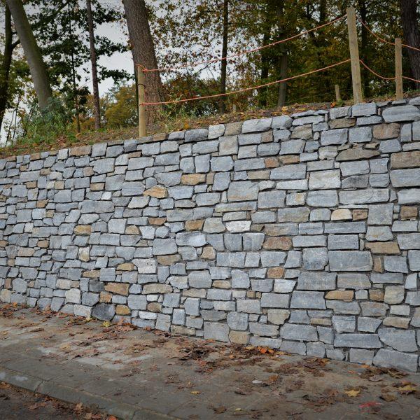 Steenstrips lange muur Station