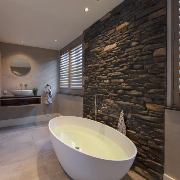 Steenstrips badkamer gemaakt met Geopietra Blumone