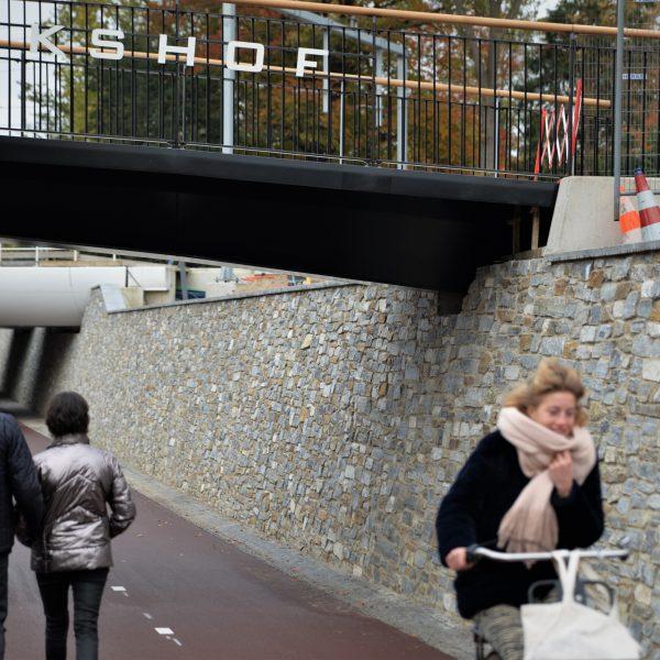 Stenen wand fietspad Station