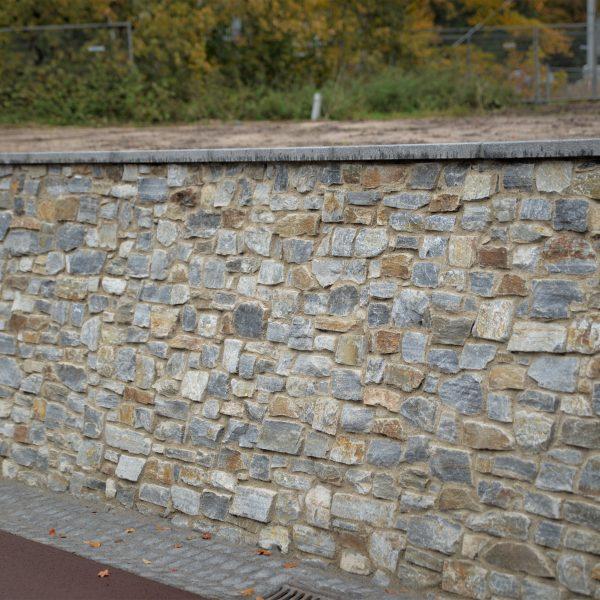 Lange wand met Rocks Steenstrips