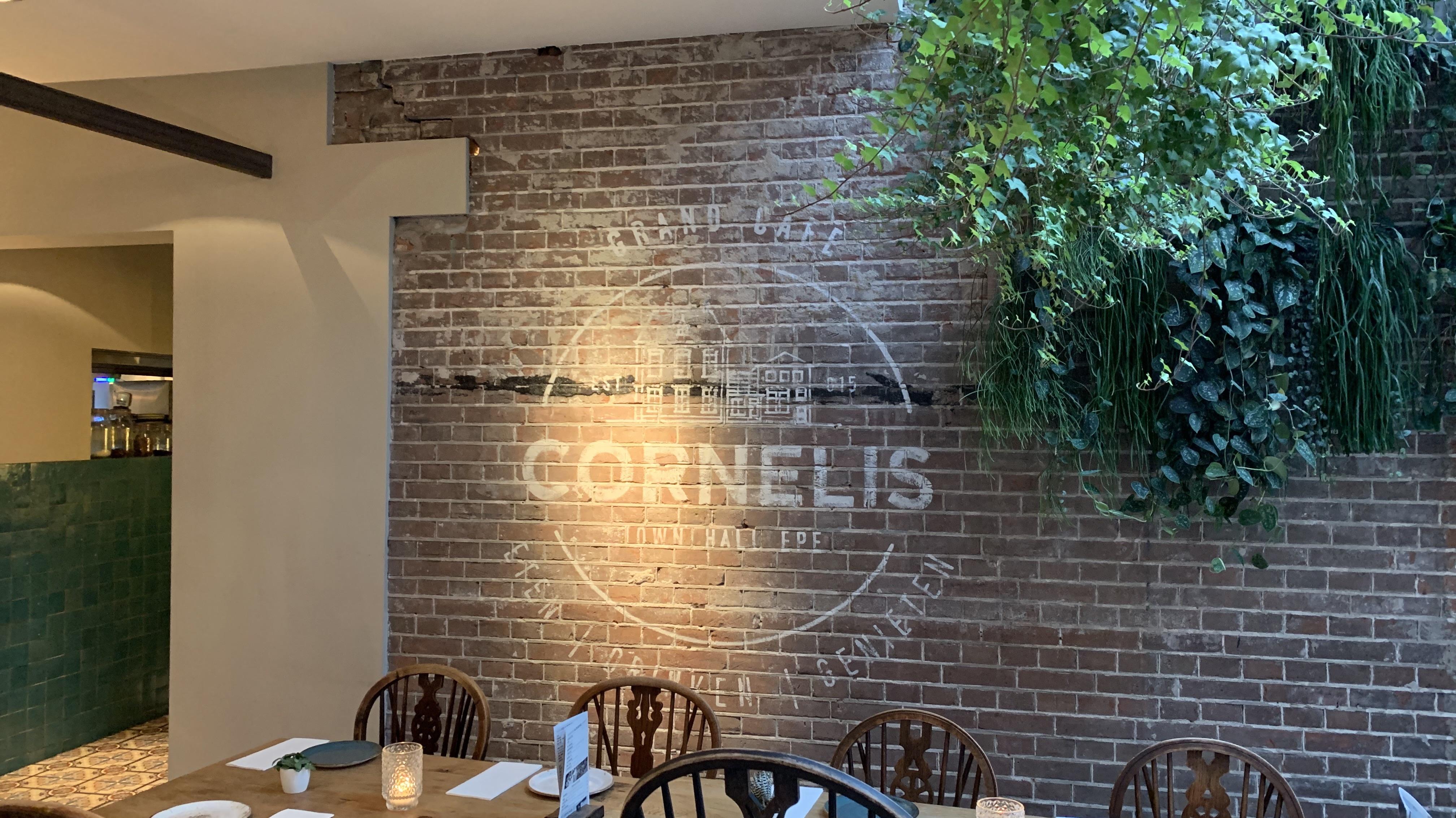 bakstenen muur beschilderd bij restaurant Cornelis Epe
