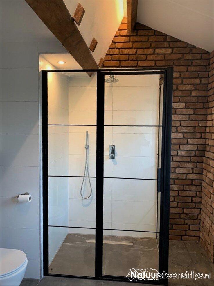 Baksteenstrips badkamer