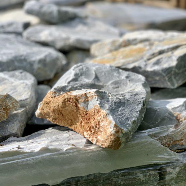 Rocks Sky gestapeld in krat