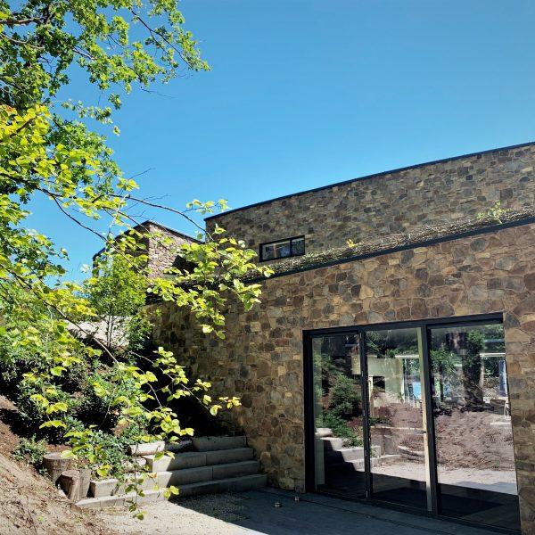 Steenstrips op de buitenmuur van de futuristische villa 'Het Esse'