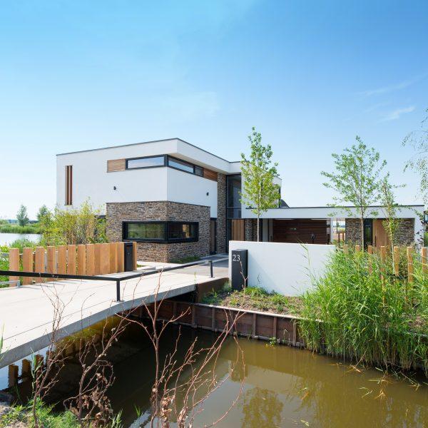 Brug naar de kubistische villa in Nesselande