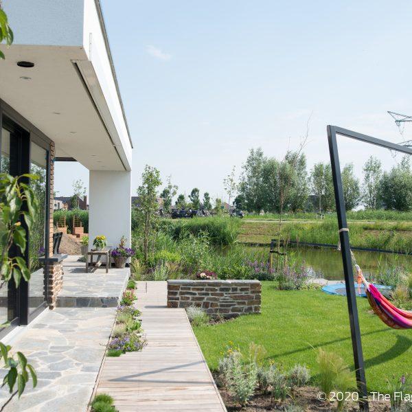 Sfeervolle achtertuin met zicht op de Zevenhuizerplas