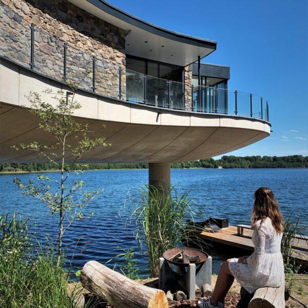 Steenstrips futuristische villa aan de Albaplas