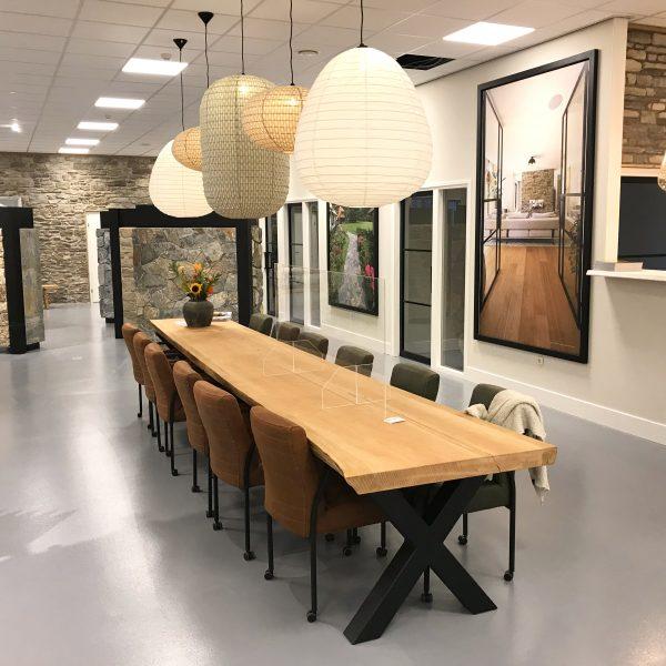 Nieuwe showroom versierd met lampen