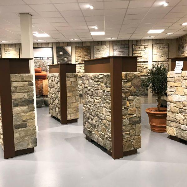 Verschillende bokken met Steenstrips in de nieuwe showroom
