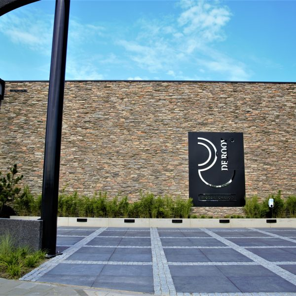 De prachtige muur van De Rooy Metaaldesign bekleed met Steenstrips Moderno