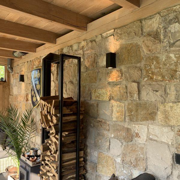 Veranda in de tuin met houtkachel