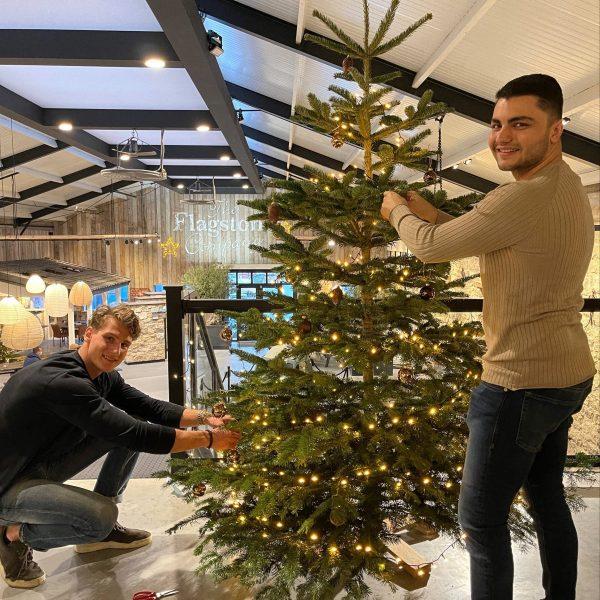 Medewerkers Rutger en Nino bij de kerstboom