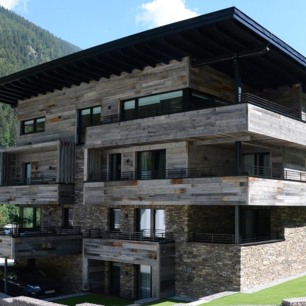 Moderne Villa met Geopietra Devero Steenstrips