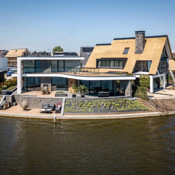 Prachtige villa met Steenpanelen aan het water | Copyright: The Art of Living, Jurrit van der Waal