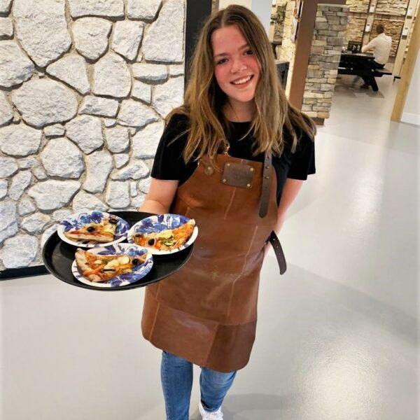 Lotte deelt Pizza slices uit bij The Flagstone Company showroom